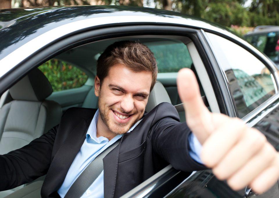 siedzieć za kierownicą