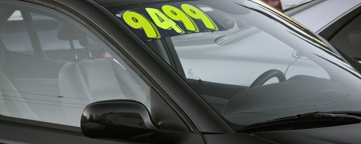 usuwanie naklejek z okna samochodu