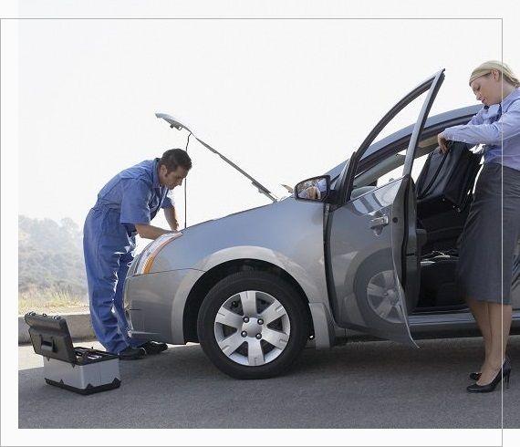 pomoc drogowa naprawiająca auto na drodze